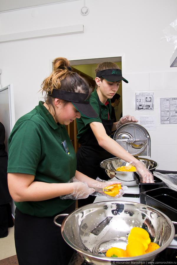 Подготовка овощей на кухне Subway