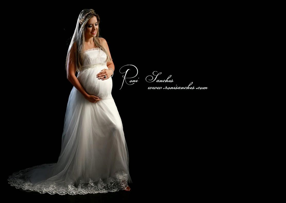 Book Gestante com foto de gestante vestindo vestido branco longo em foto artistica
