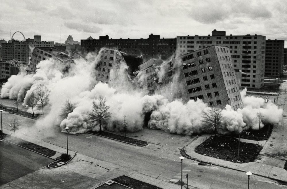 Demolici%c3%b3n+de++los+pruitt-igoe+building,+1972.+imagen+de+st.+louis+post+dispatch.