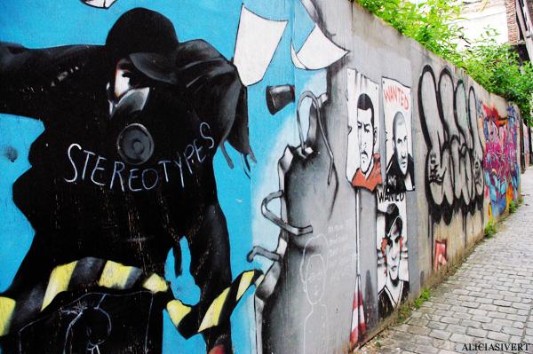 aliciasivert, alicia sivertsson, street art, graffiti, gatukonst, klotter, tags, bussels, bruxelles, bryssel, stencil, schablon, hus, building, stereotypes, gasmask