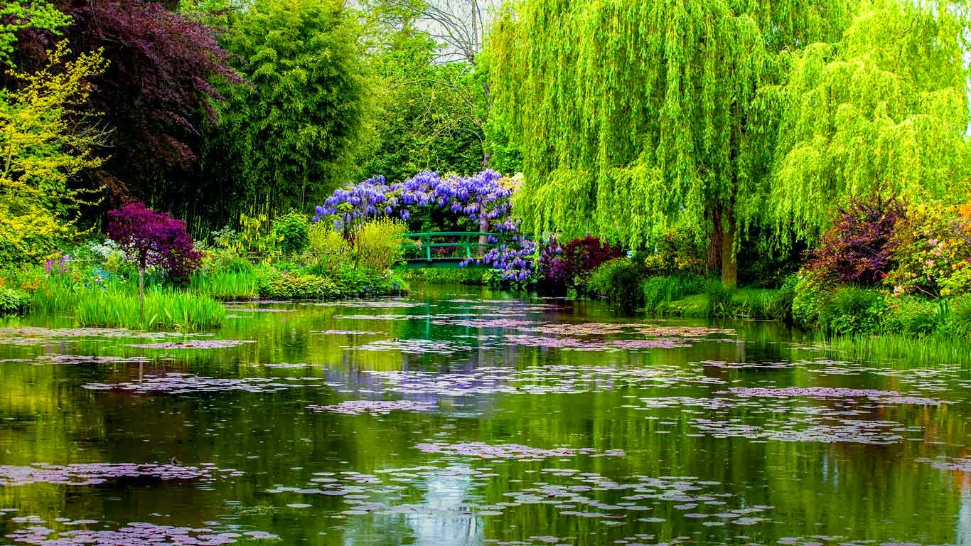 Monet's water garden in Giverny, France (© Oleg Bakhirev/Shutterstock) 550