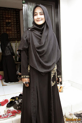 15 Desain Baju Muslim Umi Pipik Dian Irawati Terbaik