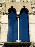 Detall d'una finestra de la façana principal