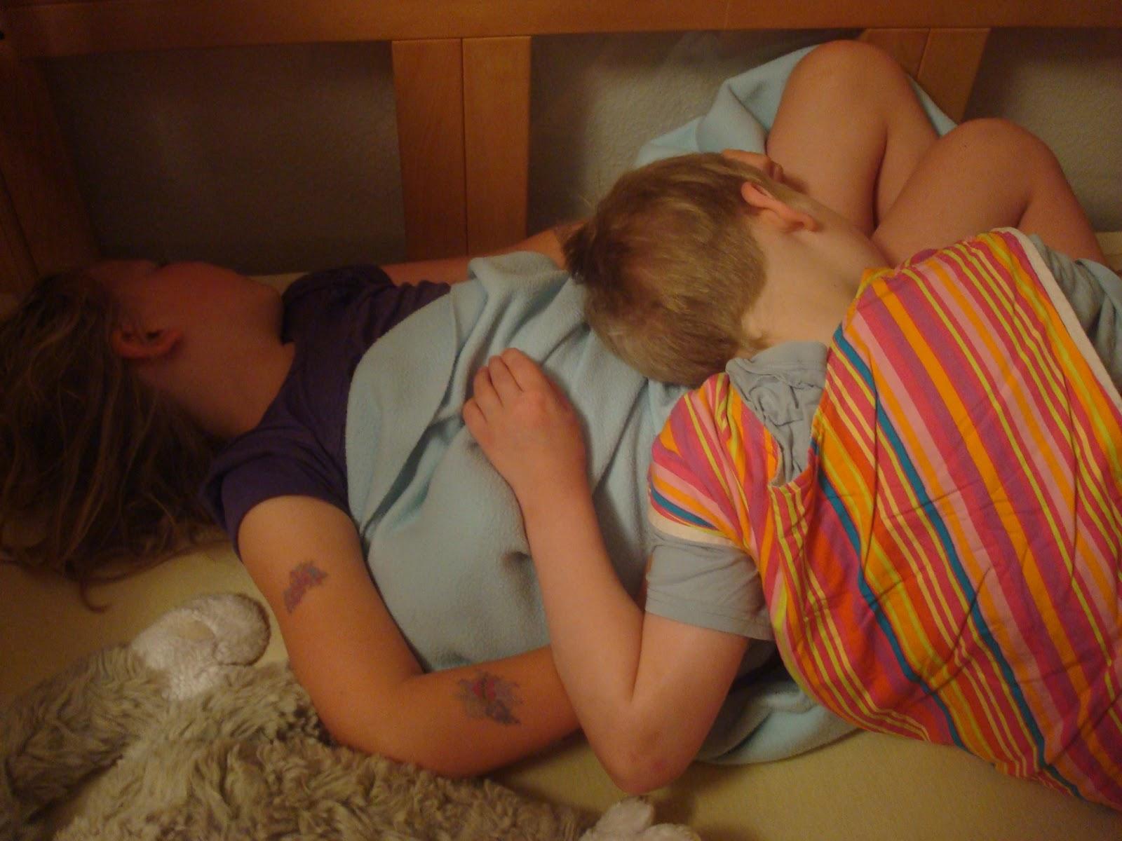 Meine schwester wichst mich im schlaf
