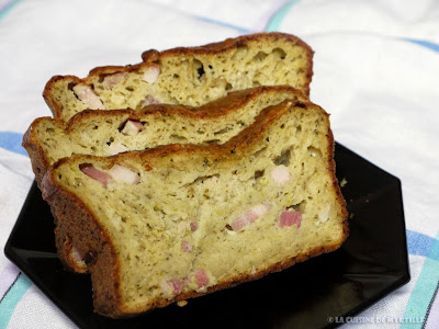 Cake au pesto, courgette et lardons (voir la recette)
