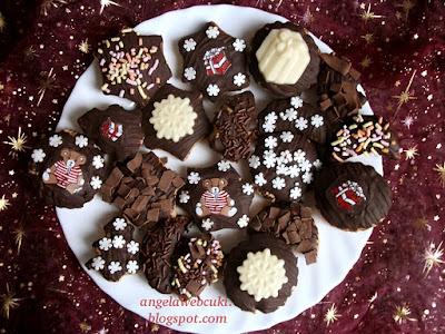 Hamis mézes pogácsa, karácsonyi sütemény, macis transzferfóliával, olvasztott csokoládéval, fahéjjal valamint szegfűszeggel.