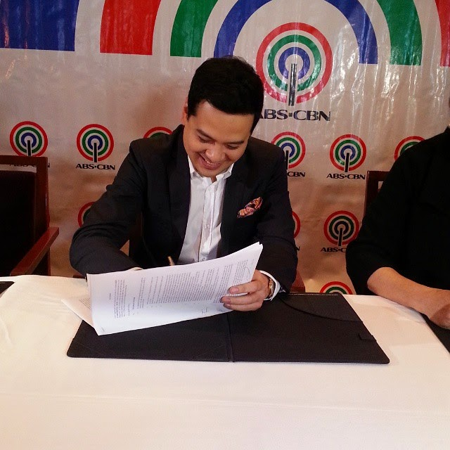 John Lloyd Cruz signs contract anew with ABS-CBN