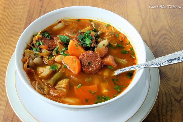 Zupa z włoską kapustą i chorizo