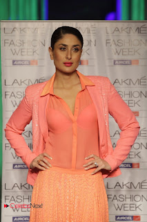 Kareena Kapoor Walks on The Ramp at LIFW Summer Resort 2013 Grand Finale | ~ Bollywood and South Indian Cinema Actress Exclusive Picture Galleries