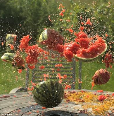 Como explodir uma melancia usando elasticos