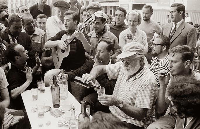 Hemingway reunido con sus amigos en algún evento.