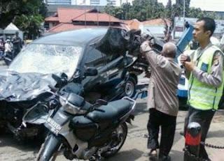 http://masterdeni.blogspot.com/2012/01/video-kecelakan-maut-ditugu-tani.html