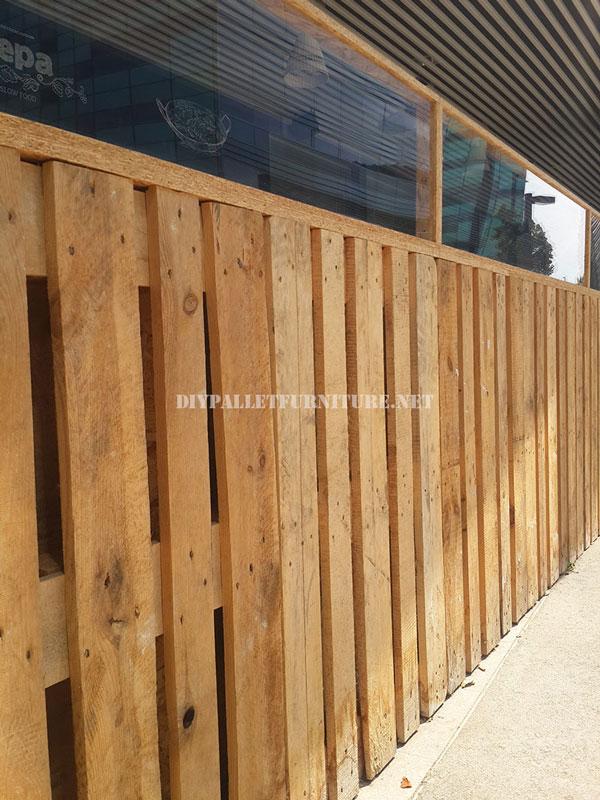 cerramiento para terraza de un bar restaurante hecho con palets. Black Bedroom Furniture Sets. Home Design Ideas
