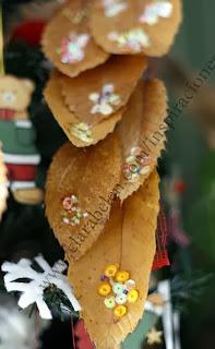 http://clarabelen.com/inspiraciones/692/manualidades-sencillas-cinta-de-hojas-secas-para-el-arbol-de-navidad/