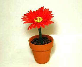 Pluma decorada con una flor