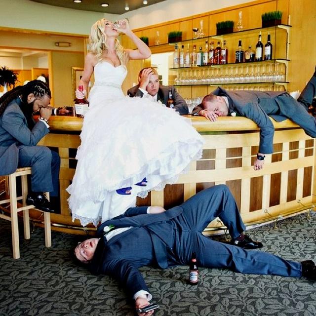 невеста среди друзей жениха
