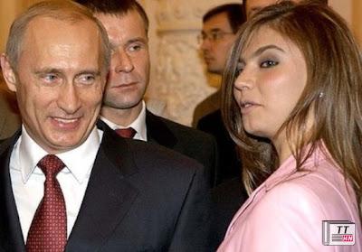 Ông Putin nở nụ cười khi đứng cạnh Kabayeva hồi năm 2004 - Ảnh: Reuters