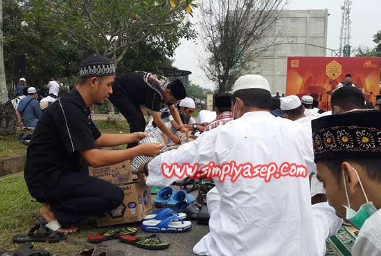 BAGIKAN AIR :   Pelaksanaan Tabligh Akbar dan Tasyakuran kemarin (Ahad, 20 September 2015) di Halaman Auditorium Universitas Tanjungpura cukup membuat dahaga.  Petugas pun sigap membagikan air minum kepada jamaah, Foto Asep Haryono