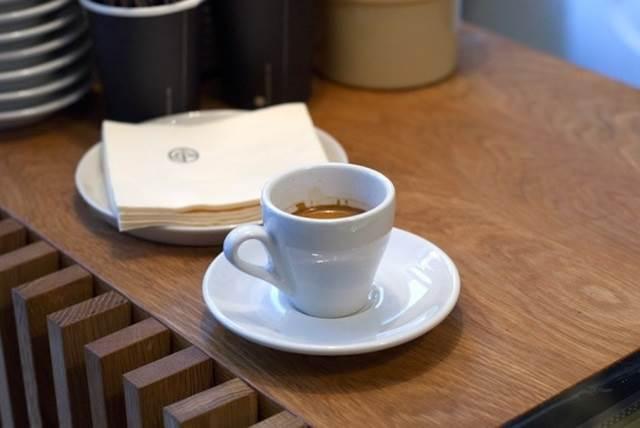 cawan kopi di dalam kafe