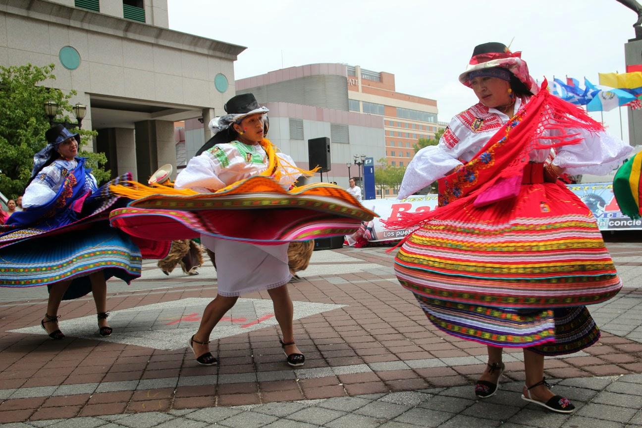 Encima de esta camisa llevan habitualmente una ruana o poncho típico de los indígenas andinos para protegerse del frío. Al igual que las mujeres,