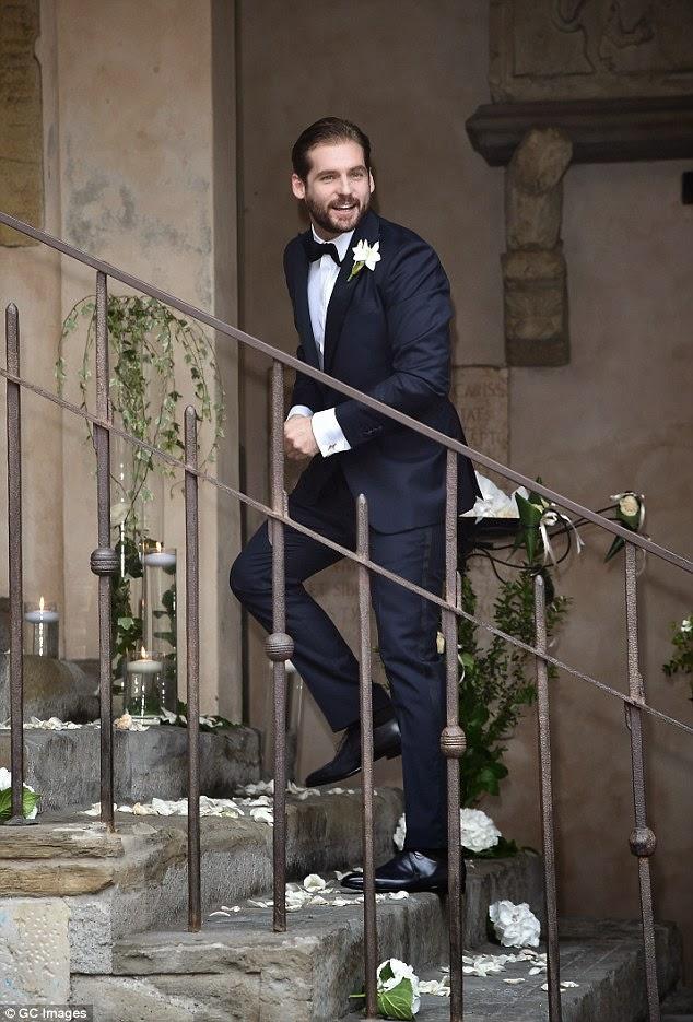 ميشيل هانزكر في فستان الزفاف مع زوجها توماسو تروساردي