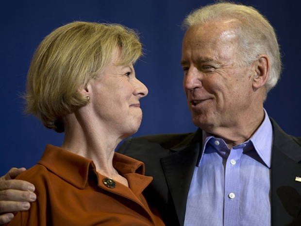 O vice-presidente Joe Biden com a candidata democrata Tammy Baldwin (Foto: AP Photo/Matt Rourke)