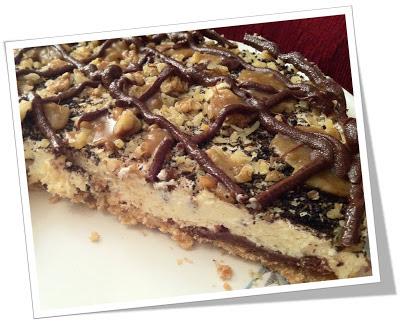 Εορταστικό cheesecake με καρύδι και διακόσμηση σοκολάτας και καραμέλας