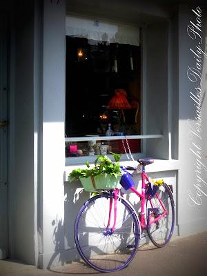 versaillesdailyphoto blog la bicyclette rose et bleue. Black Bedroom Furniture Sets. Home Design Ideas