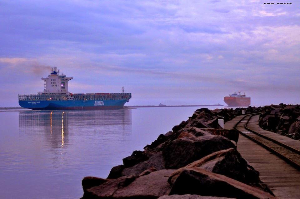 Navio de Container Saindo de Rio Grande