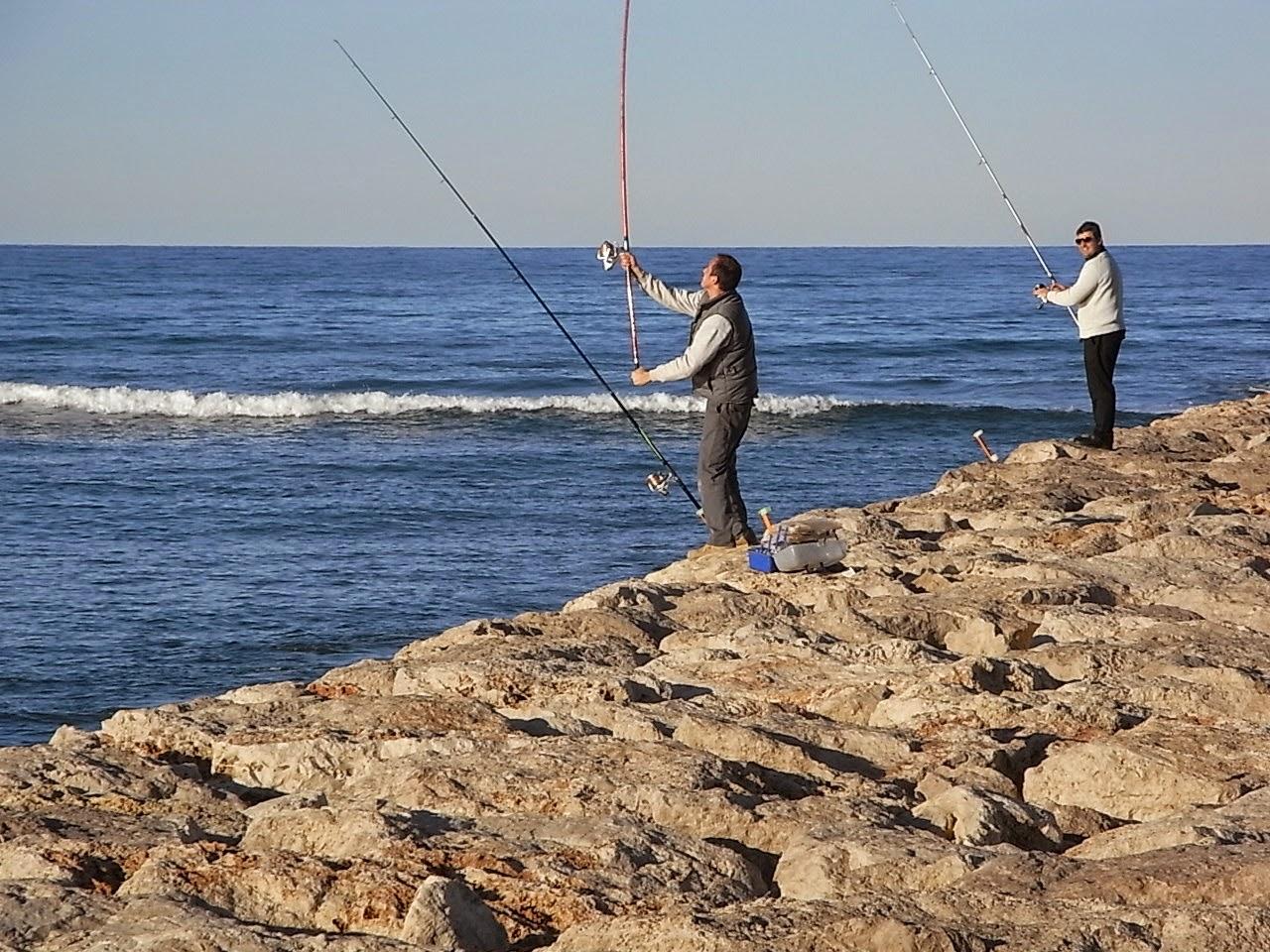 Dos pescadores con cañas