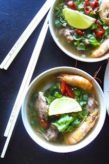 Wietnamska zupa pho na żeberkach z krewetkami