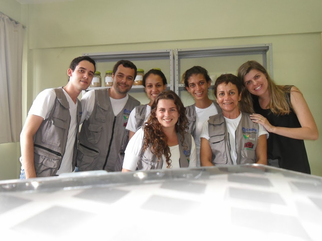 A equipe de pesquisa do projeto Forma-Engenharia do UNIFESO em visita ao Laboratório Geo-FESO