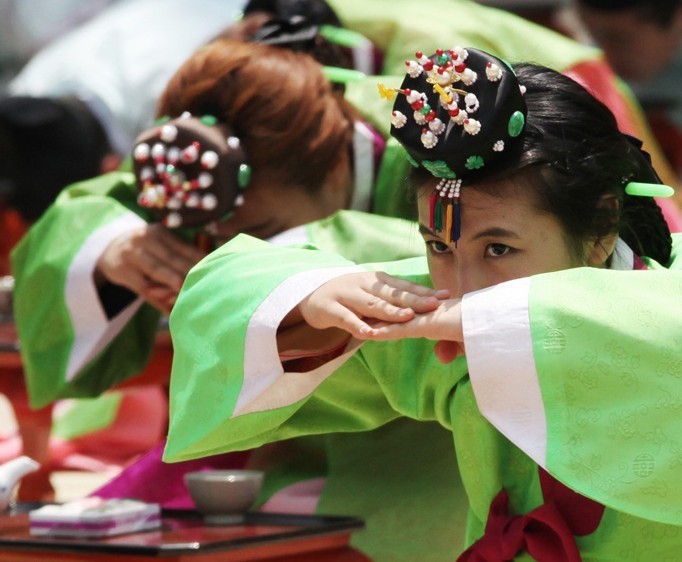 brautkleid: South Korean young people dressed in traditional ...