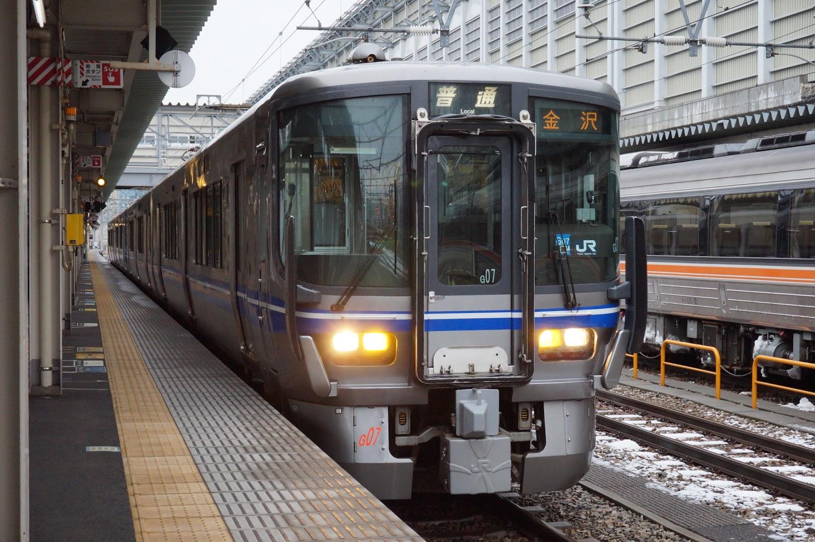 北陸線富山駅停車中の521系