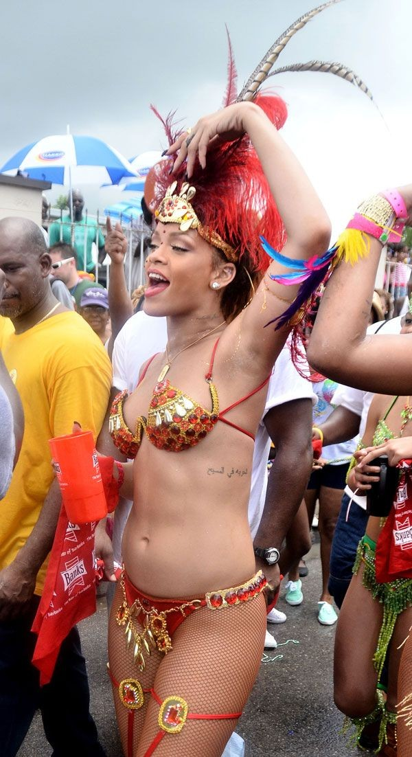 Sexy singer Rihanna is queen with the sexy outfits and striking appearance at the street festival.