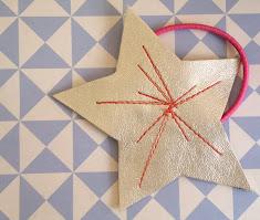 Hårelastik med guldstjerne