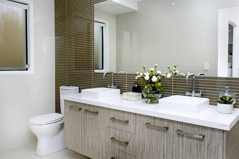 36 banheiros modernos e contemporâneos + dicas de cores e revestimentos!  De -> Banheiros Grandes Modernos