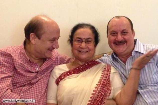 Anupam+Kher+posted+this+candid+picture+of+his+with+his+mother+and+younger+brother,+actor+Raju+Kher
