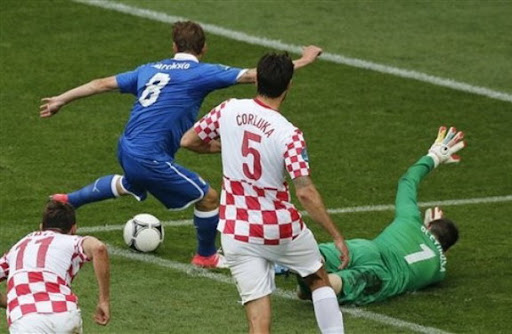 Italy midfielder Claudio Marchisio fails to score past Croatia goalkeeper Stipe Pletikosa