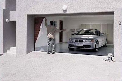 porta de garagem com adevisos
