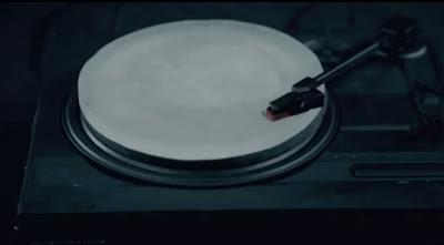 Banda envia musicas feitos num disco de gelo