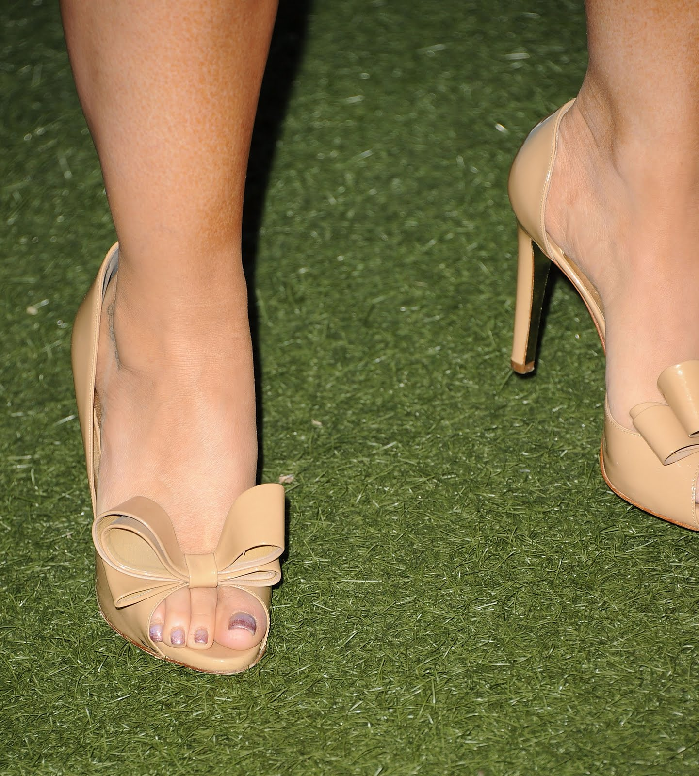 http://1.bp.blogspot.com/-yGLMO0rB_OM/Tk5yJuaJbFI/AAAAAAAACdY/fpz9bn26YbI/s1600/Jennifer-Love-Hewitt-Feet-478134.jpg