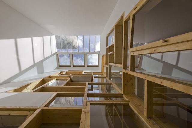 Un mosaico con ventanas de madera espacios en madera - Loft et associes paris ...