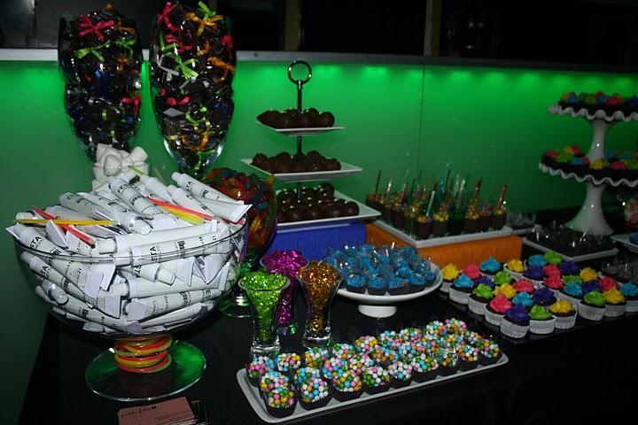 decoracao festa neon:Para os doces: Confeitos bem coloridos e prateados, o bem casado