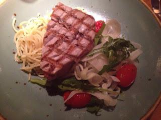 Gegrilde tonijn met spaghetti aglio en olio