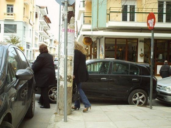 Οι πεζοί ανάμεσα στα παράνομα παρκαρισμένα