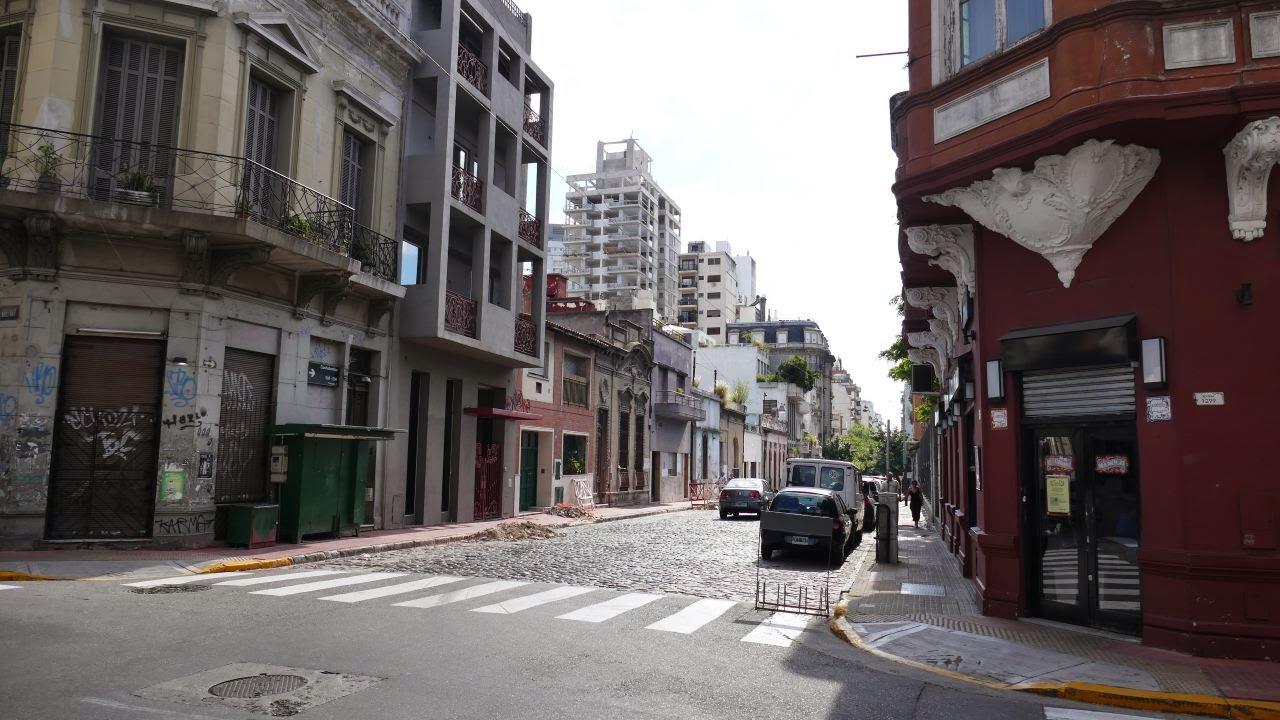 Buenos Aires zu Fuss erkunden - typische Strassenkreuzung
