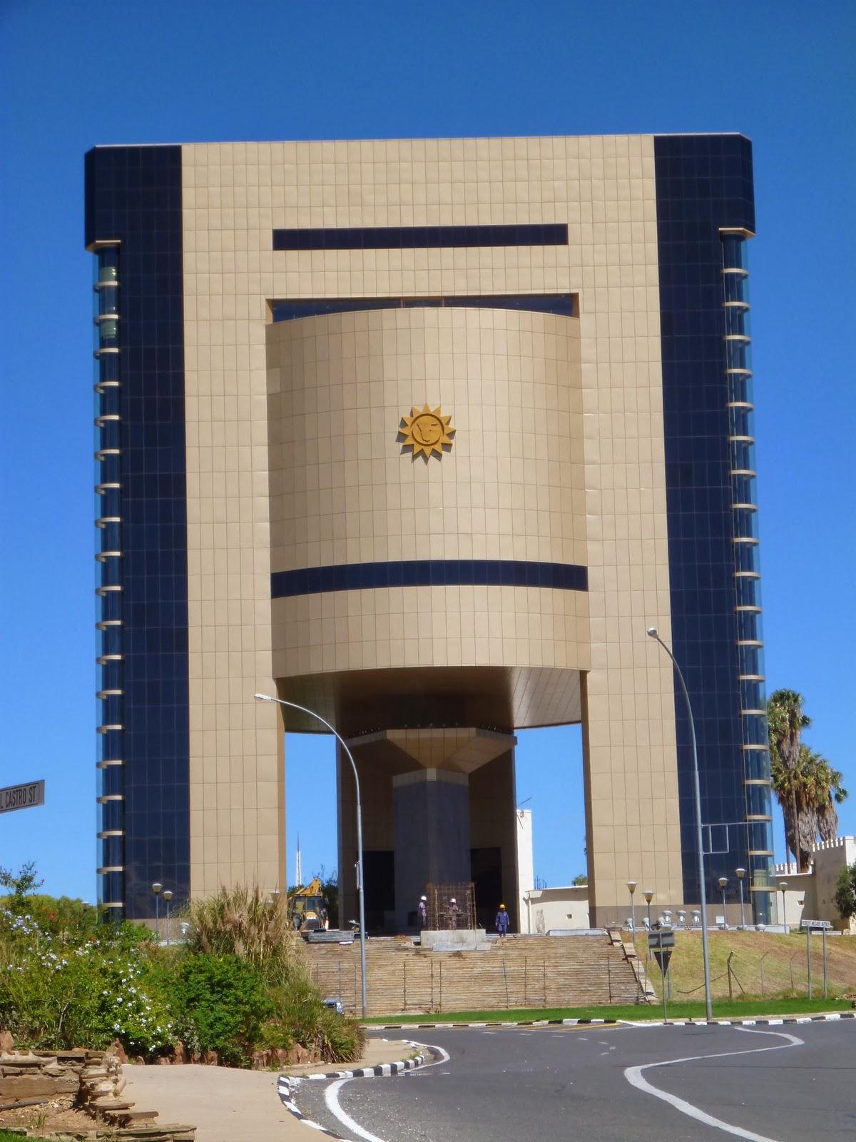 ... ne peut visiter ni le nouveau ni lu0027ancien. Le nouveau musée promet si lu0027on en juge par lu0027architecture du bâtiment. Ce sont des chinois qui construisent ... & Windhoek Capitale de la Namibie   Hélène et Jean en Afrique (2014)