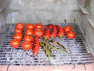 gratar, legume la gratar, rosii coapte la gratar, ardei capia copti la gratar, ciusca la gratar, retete cu legume, preparate din legume, retete culinare, retete de legume, legume coapte la gratar pentru sos picant din rosii copate ardei capia si usturoi, legume la gratar pentru sos pentru friptura, preparate culinare, retete pentru gratar, ardei iute la gratar,