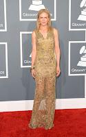 Никол Кидман в златна дантелена рокля на Vera Wang, обувки L'Wren Scott, клъч Roger Vivier и бижута на Fred Leighton - наградите Грами 2013